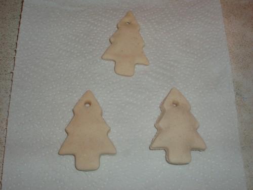 Σε ένα ταψί με λαδόκολα ψήνουμε τα μπισκότα στους 180 βαθμούς για περίπου 15 λεπτά (μέχρι να σκλυρήνουν τα μπισκότα)