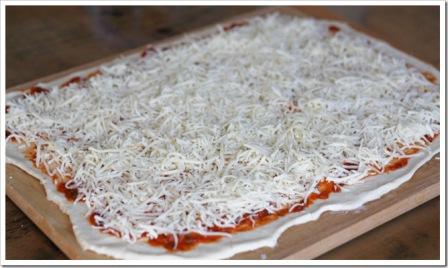 Απλώνουμε τη σάλτσα και το τυρί